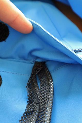 An der Taschenflappe wechselt der LED-Schlauch ins Innere.