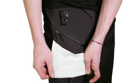 Die rechte Fronttasche schützt den Träger vor Elektrosmog eingesteckter Geräte.