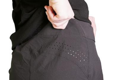 Perforierungen am Rücken und an den Schenkelinnenseiten sorgen für Atmungsaktivität.