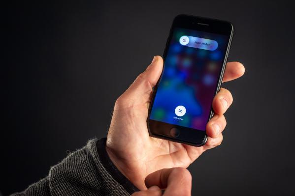 Zur Reparatur drehen wir das iPhone ab...