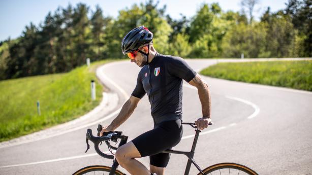 VIDEO: Castelli Premio Black BibshortMit ihren hippen Premio Black Bibshorts setzen die Italiener neue Maßstäbe in puncto Komfort, Performance und Qualität. Bikeboard durfte die dritte Generation der Premium-Trägerhosen für Damen und Herren bereits vor ihrer offiziellen Erscheinung für euch testen.
