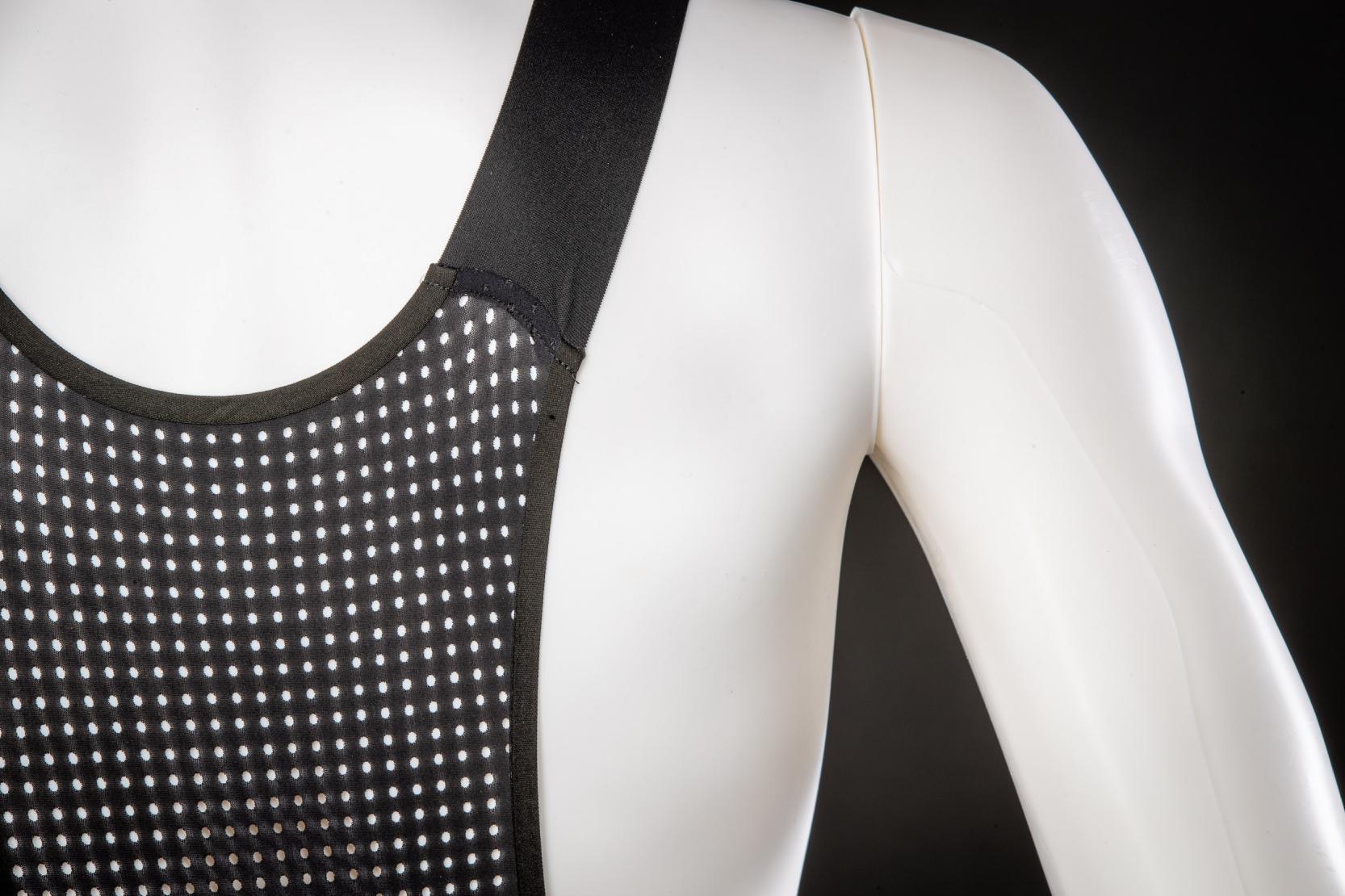 #1 Rückenpartie: Sicherer Sitz ohne Druckstellen. Das weiche, elastische Rückenmaterial wurde perforiert und für einen hohen Tragekomfort mit der Hose verklebt.