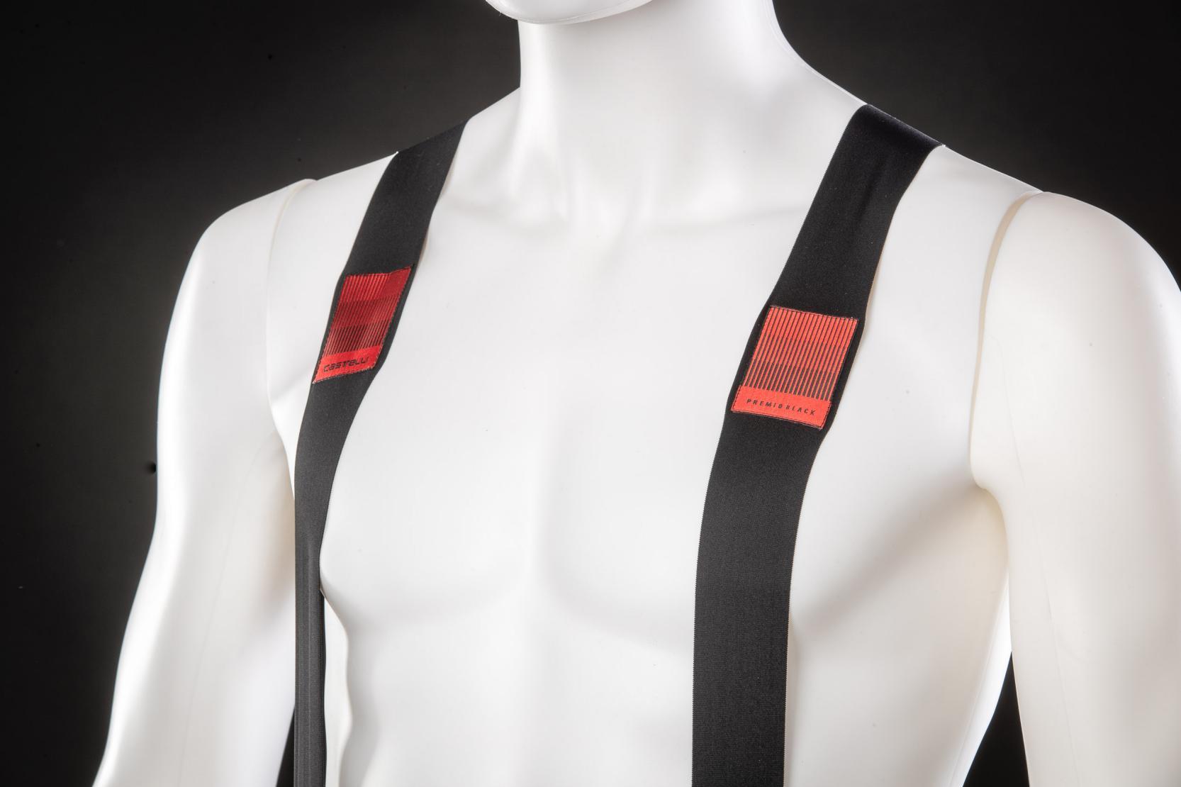 #6 Träger mit Verstärkungen: Die schmalen Träger sind elastisch genug, dass sie sich jedem Oberkörper anpassen und weisen genügend Spannung auf, um die Bibs in Position zu halten. Damit sich die dünnen und elastischen Träger nicht zusammenfalten oder einrollen, wurde an der richtigen Stelle ein Besatz verklebt und zusätzlich vernäht.