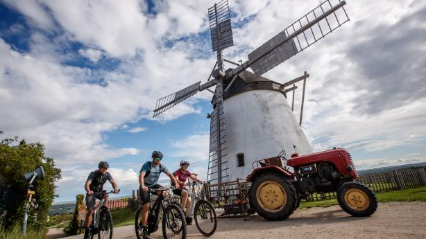 Genuss-Radtouren im WeinviertelJetzt ist es so weit: Die Bikeboard-Crew wird alt. Warum sonst sollte sie E-Bikes der Machart komfortabel satteln, und damit von Kellergasse zu Kellergasse tingeln?