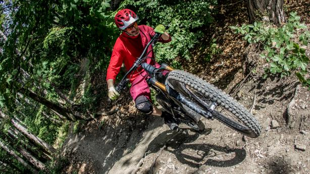 Canyon Torque:ON 9 im TestEin E-Bike für's Grobe, so lässt sich das Torque:ON von Canyon wohl am besten in Kurzform beschreiben. Unser Test verrät in Langform, wie es sich beim Freeriden, auf großen Jumplines im Bikepark, aber auch auf heftigen Enduro-Strecken schlägt.