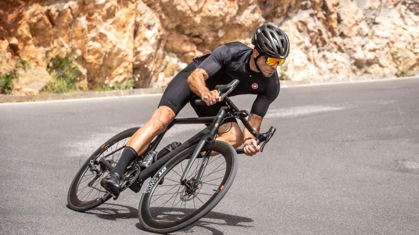 Canyon Ultimate CFR Disc EPSDeutsche Leichtbautechnik sorgt für Furore! So schlägt sich der 6,2 Kilogramm leichte Edelrenner mit Campas Topgruppe im harten Testalltag.