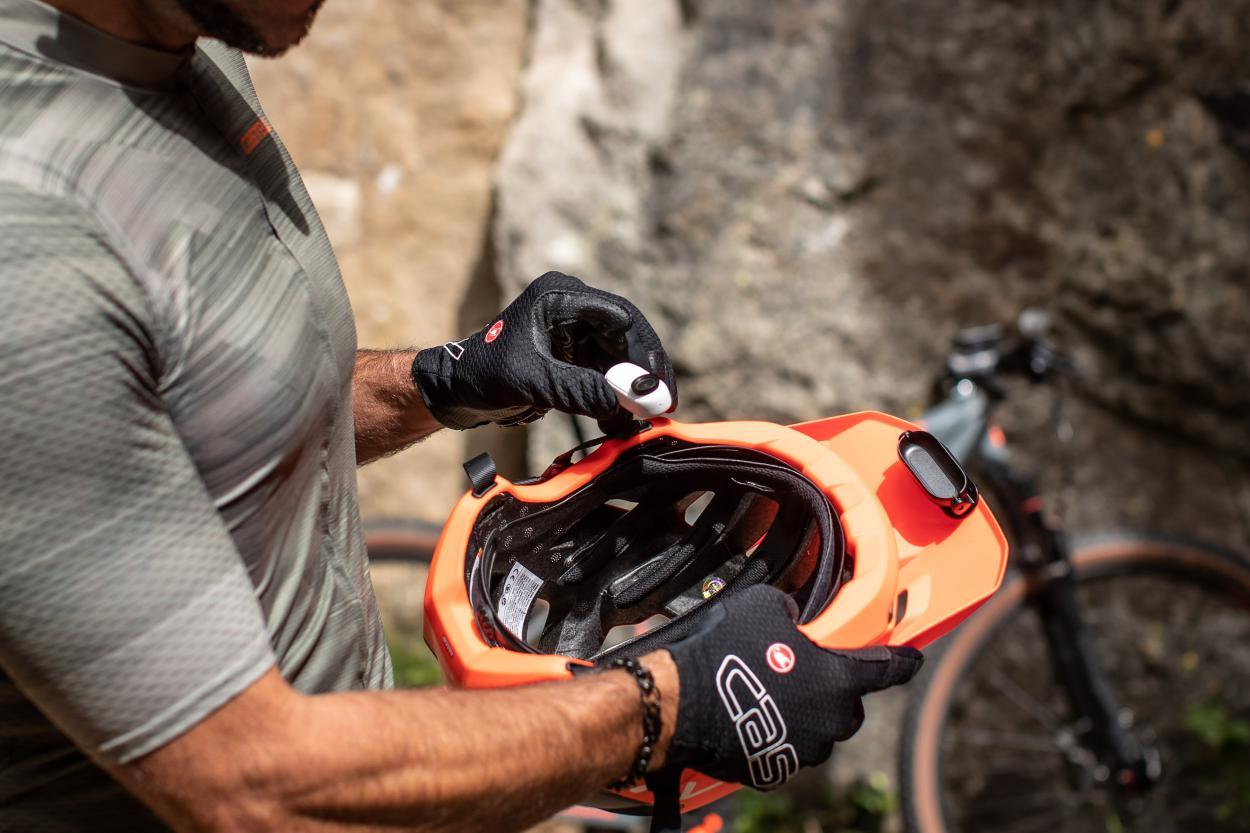 Der Helmhalter ist ein universelles Teil...