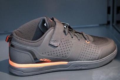 Neue Treter: Die Factory Enduro mit integriertem Knöchel- und Fersenschutz
