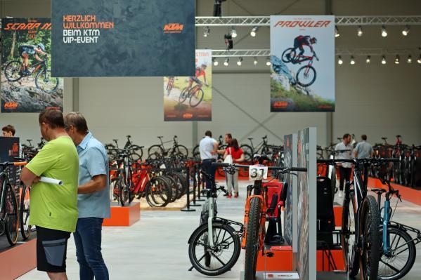 Wo gerade noch die neuen Räder gezeigt wurden, ziehen alsbald neue Produktionsanlagen ein.