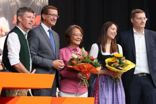 Und Politik (2.v.li.: Wirtschaftslandesrat Markus Achleitner) sowie aktuelle und ehemalige Führungskräfte freuen sich über Wachstum und Standort-Investitionen.