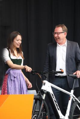 Beraufsschuldirektor Bernhard Leitgeb freute sich über das von Geschäftsführerin Johanna Urkauf-Chen überreichte Schulungs-E-Bike.
