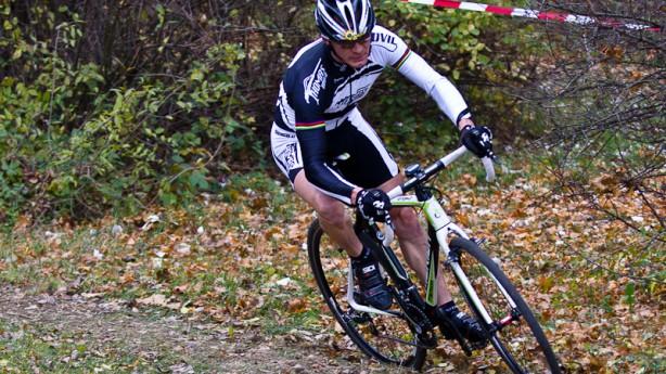 Merida Cyclocross Carbon TeamEin ehrenvoller Umstand für beide Beteiligten: Weltmeister NoBody testet Meridas neuen Gatschhupfer.