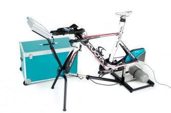 Rennrad, Bahnrad oder MTB in die beiden Schnellspanner einsetzen und das Teleskoprohr entsprechend einstellen