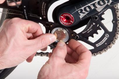 die beiden LEDs im Batteriefach dienen der Funktionskontrolle, das Wechseln der Batterie ist im Hand-umdrehen selbst erledigt. Etwas Gefühl ist beim Anziehen der drei Schrauben des Batteriedeckels angebracht