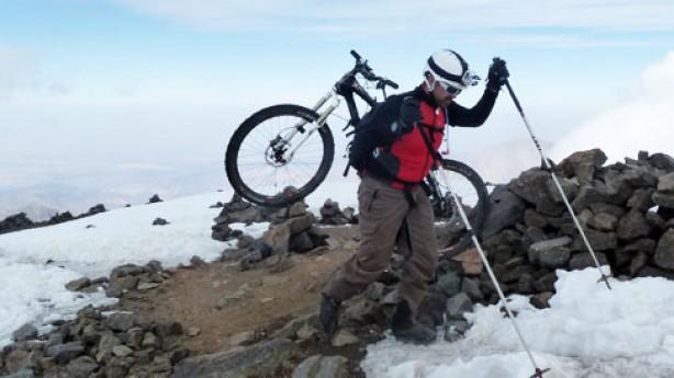 Marokko - Traum eines Alpin-MountainbikersKnapp 4.000 Meter Downhill und eine Midlife Crisis waren es, die Anderl Steiner im März nach Nordafrika zogen. Sein Ziel: der Djebel Toubkal.