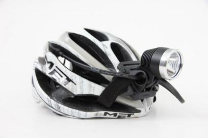 Helmhalterung sitzt 1A. Klettverschlussbänder sind zu kürzen. Helmpolster leidet nicht.