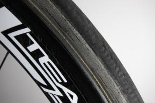 unschön: die schwarze Farbe der Reifen-Seitenwand blättert mit der Zeit ab