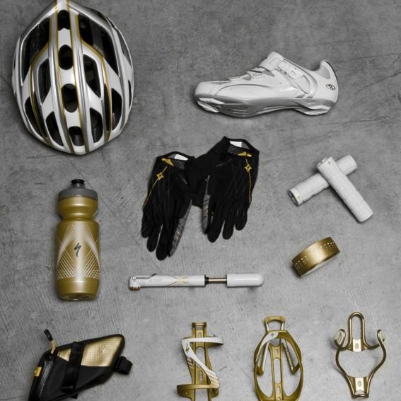 Weil frau mit einem passenden Helm allein nicht fahren kann, gibt es allerlei anderes Zubehör ebenfalls in Gold