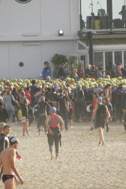 Welle um Welle schmissen sich tausende Teilnehmer
