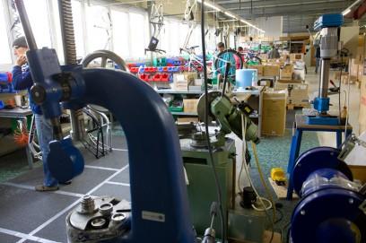 Der Aufbau ist zweistufig: Der Rahmenmonteur (vorne links) arbeitet dem Radmonteur (Bildmitte) zu.