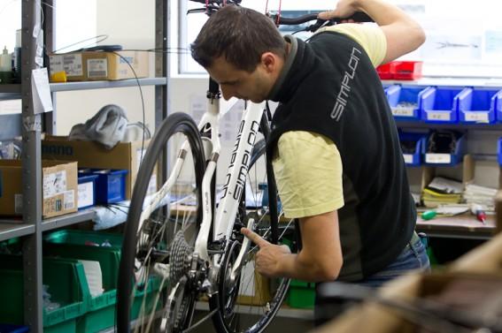 Dann geht's weiter zum Kollegen von der Rad-Montage.