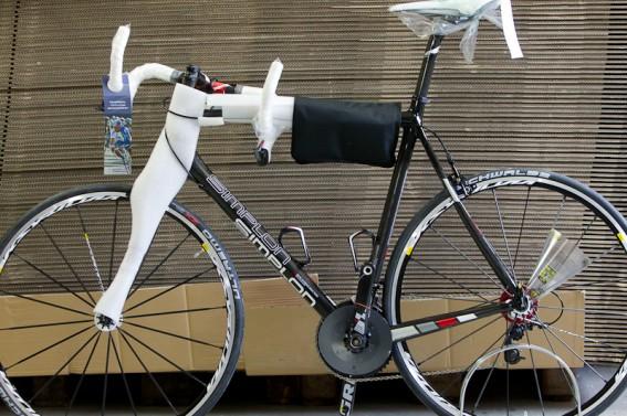Das fertige Rad wird inkl. Laufrädern und eingeschlagenem Lenker