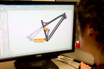 Erst geht's darum, wie die Rohrformen verschnitten und dimensioniert werden, sprich: Wie die Kräfte durch den Rahmen leiten und das Ding steif kriegen?