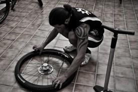 Pancho Felgenband draufkleben, Ventil durchstecken, Reifen montieren