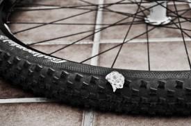 die Flüssigkeit dichtet den Reifen komplett ab (hier: das durch den Dorn verursachte Loch)