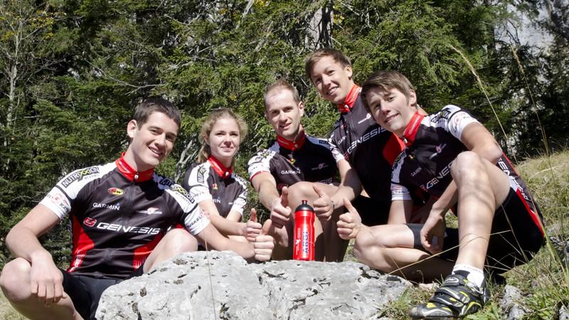 Uwe Hochenwarter (Mitte) ist 2012 der einzige Elite-Fahrer und fungiert nebst Aushängeschild in der Team-Kommunikation auch als Vorbild für seine vier neuen, jungen KollegInnen.