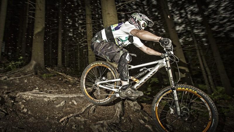 Canyon Torque FRX 6.0 SpeedzoneWie viel Downhill-Bike kann man für erschwingliches Geld bekommen? Mit dem Canyon Torque FRX 6.0 Speedzone auf der Suche nach der Antwort.