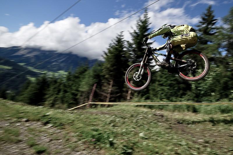 Hias Haas (Alpine Commencal) fliegt zum Sieg