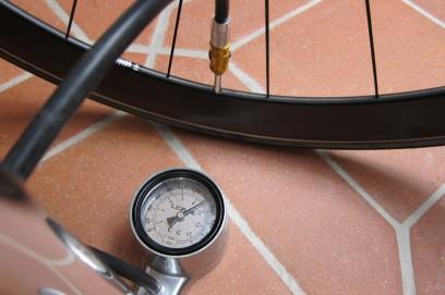 Zu guter Letzt muss der Reifen nur mehr auf seinen Betriebsdruck (ca. 8-9 bar) gebracht werden.