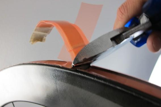 Beim Ventilloch angelangt lassen wir wieder ein paar Millimeter frei und schneiden das überschüssige Band ab. Das geht mit einem großen Seitenschneider besser als mit einer Schere.