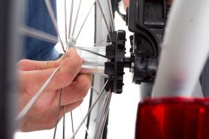 ...per Daumendruck einfahren, Rad reinstecken.