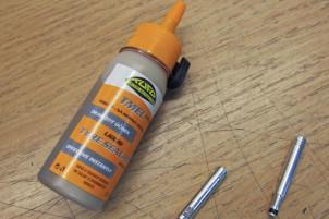 Tufo Tyre Sealant: Hilfe im Notfall oder auch zur Vorsorge. Die dünnflüssige Milch läuft auch durch Ventilverlängerungen.