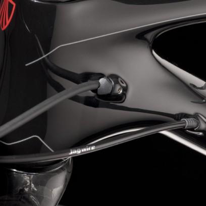 Damit die hintere Bremsleitung nicht in den Rahmen wandert und dort an die Rohrwände schlägt, wird die Leitung mit einem Stopfen fixiert. Micro Truss mit einem erwartungsvollen Kabelbinder.