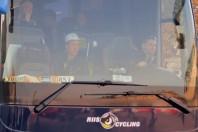 Busse und lange Reihen von Materialwagen