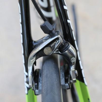 Bei beiden Felgenbremsen (Red und 10-f) haben 28c-Reifen Platz, außerdem ist die Zange mit Zipps Firecrest (27,4 mm) kompatibel.