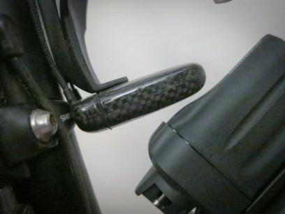 Der Led-Akku passt haarscharf zwischen Sitzrohr und Di2-Akku. Seine Kappe lässt sich dennoch abnehmen.