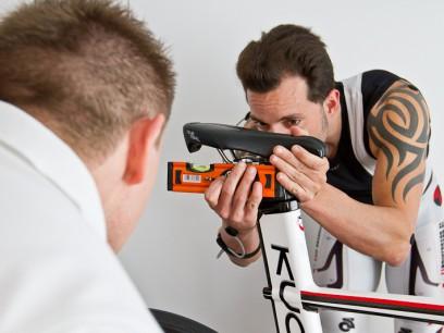 Je nach Ergebnis werden Veränderungen am Bike und, falls nötig, an den Pedalplatten vorgenommen