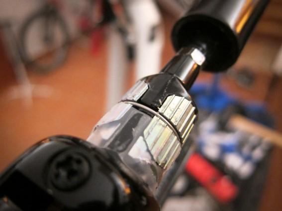 Das Leitungsende wird am Bremsgriff verschraubt, dieser eingeführt und mit zwei Mini-Inbusschrauben fixiert.