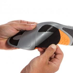 drei mitgelieferte Fußgewölbeunterstützungen: orange = medium