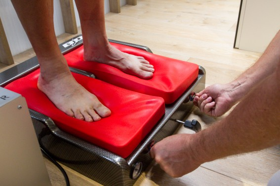Der Negativabdruck kann sofort abgenommen werden. Die spezielle, keilförmige Silikontaschenkonstruktion liefert einen sehr präzisen Fußabdruck.