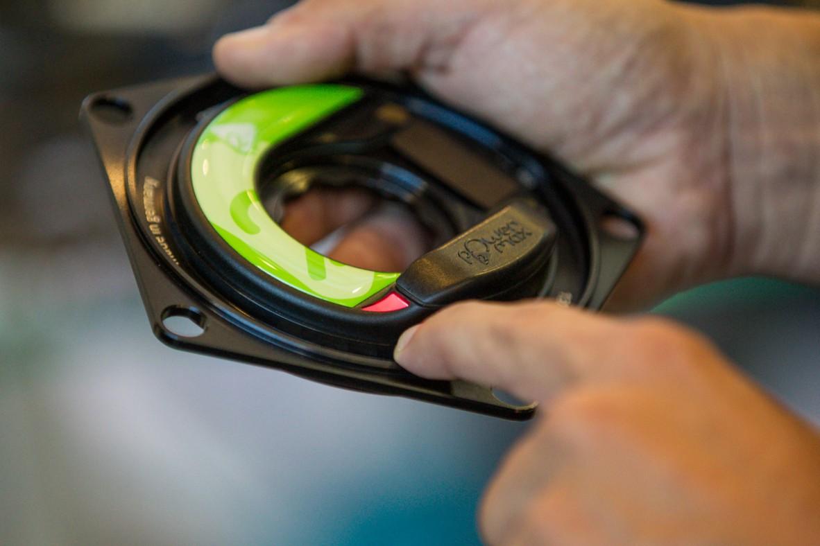 Nähert sich die Batterieladung dem Ende, wird es außen mittels rotem Led angezeigt.