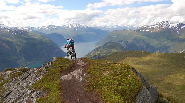 Norwegen - Das Gebirge im Meer