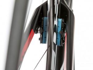 Damit die Bremse bei den schmalen Reynolds-Felgen gut greift, müssen die schwarzen, 3 mm breiten Spacer am Bremsschuh befestigt werden.