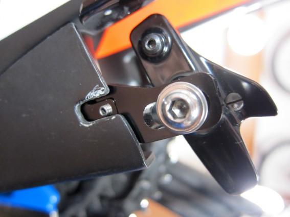 Zum Synchronisieren der Belags-Abstände finden sich auch hier Gewindestifte an den Bremsarmen. Leider ist nur der linke frei zugänglich, für den rechten benötigte man Spezialwerkzeug oder nimmt die Abdeckung ab.