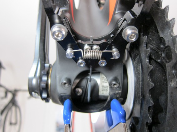 Hinten kann die Federvorspannung nicht eingestellt werden. Der Bremszug sollte so mittig wie möglich in den Zughalter laufen und muss mit Hilfe des Brake Adjuster optimal abgelängt werden.