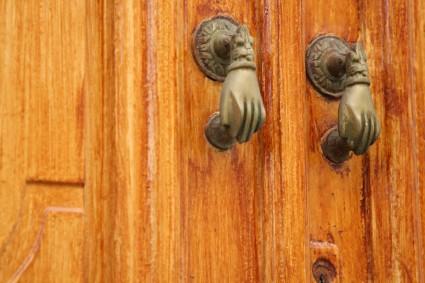 Beaucoup de symbolisme: Fathmas main comme heurtoirs de porte, et autrement